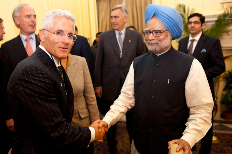 The Prime Minister of the Republic of India, Manmohan Singh, welcomes Philipp Bayat, Sales and Marketing Director of the BAUER GROUP.