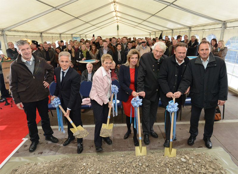 The symbolic ground-breaking ceremony: Third district administrator Klaus Koch, Philipp Bayat, Mayor Cornelia Irmer, Dr. Monika Bayat, Heinz Bauer as well as Peter Kamm and Stefan Hacker from BAUER KOMPRESSOREN (right to left)
